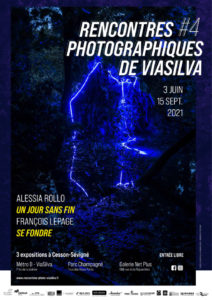Rencontres photographiques de ViaSilva - Affiche des expositions, visuel d'Alessia Rollo et de François Lepage : photographie de nuit dans un buisson, au centre un néon bleu qui forme comme un passage vers ailleurs